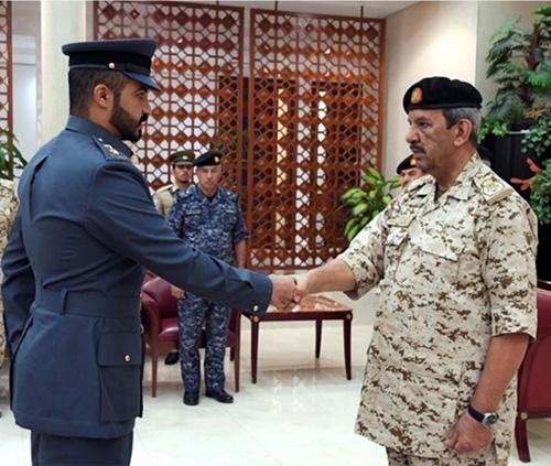 Bahrain's Defense Chief Receives US Delegation, Graduate Officers